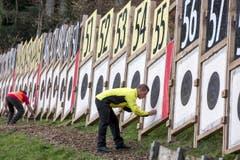 Die freiwilligen Helfer bei der Schlusskontrolle. (Bild: Keystone/ALEXANDRA WEY)