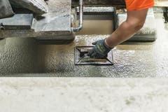 29. Oktober 2014: Mit Beton werden die Schwellen befestigt. (Bild: Keystone)