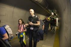 Figuranten werden aus dem Zug begleitet. (Bild: Keystone)