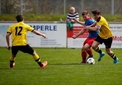 Chams Ulrich Sturzenegger am Ball gegen Baars Ronny Mazenauer (ganz rechts). Links im Bild: Basol Levent. (Bild: Stefan Kaiser / Neue ZZ)