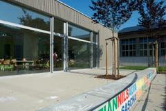 Der Pausenplatz hat ein neues Gesicht erhalten. Höhepunkt ist ein Wasserspiel, das die Kinder selber bedienen können. Auf der Mauer sind die Namen der Kinder an der Schule verewigt. (Bild: Nadia Schärli / Neue LZ)