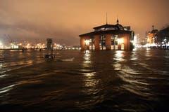 Der Hamburger Fischmarkt ist unter Wasser. (Bild: Keystone)