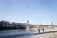 Vom Ufer aus verfolgen Augenzeugen das Geschehen. (Bild: Manuela Jans / Neue LZ)