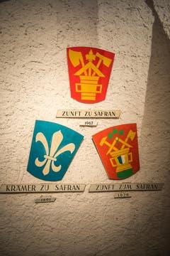 Blick auf ein Detail im Nölliturm: Alle Wappen der Safran Zunft. (Bild: Roger Gruetter / Neue LZ)