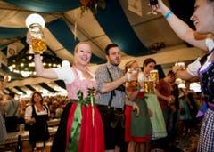 Lozärner Oktoberfest am 11. September 2004 beim Eiszentrum Luzern. Im Bild links Trara Gross und Sascha Trächslin. (Bild: Corinne Glanzmann)