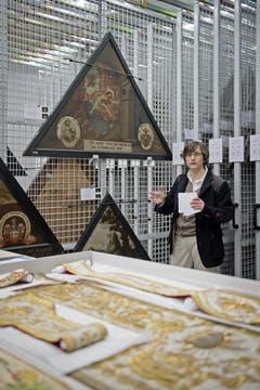 Theresia Gürtler (Ressortleiterin Denkmalpflege und Kulturgüterschutz) mit Bildern der Hofbrücke. (Bild: Pius Amrein (Neue LZ))