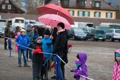 Zuschauer trotzen dem Schnee- und Graupelschauer. (Bild: Roger Zbinden / Neue ZZ)