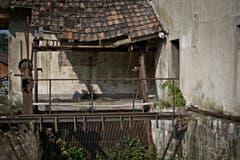 Die Burgrainmühle unterhalb der Kirche St. Blasius in Alberswil wirkt wie ein Geisterhaus. (Bild: Pius Amrein / Neue LZ)