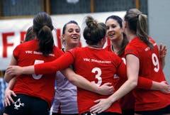Die Spielerinnen des VBC Steinhausen feiern einen Punktgewinn. (Bild: Werner Schelbert / Neue ZZ)