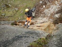 Die Anrissstelle erhält Besuch: Ein Experte lässt sich am Seil herunter. (Bild: Florian Arnold / Neue UZ)