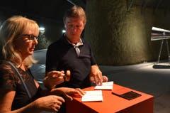 """Grosse Freude beim Stempeln des """"Pionierpasses"""", das die Gotthard-Reisenden als Souvenir mitnehmen durften. (Bild: Antonio Russo)"""
