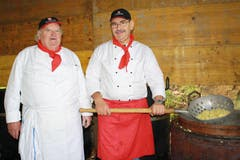 Der Brunner Hans Dittli (links) arbeitet seit 1962 regelmässig auf dem Rütli in der Küche, rechts Küchenchef Josef Künzle aus Schwyz. (Bild: Irene Infanger / Neue SZ)