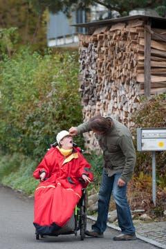 Titus Alpiger und seine Tochter Melanie (17) auf dem Weg in die Stadt. Sie kann sich nur per Rollstuhl fortbewegen. (Bild: Boris Bürgisser (Neue LZ))