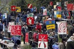 Die Schützenvereine präsentieren ihre Banner. (Bild: Keystone)