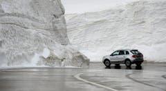 Wer über den Gotthard-Pass fährt, muss mit Schmelzwasser rechnen. (Bild: Keystone)