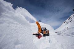 Mit schweren Maschinen räumt das Personal des Amts für Betrieb Nationalstrassen am 29. April die Schneemassen weg. (Bild: Keystone)