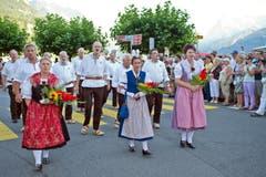 Festlicher Umzug mit dem Jodlerklub Brunnen durch den Dorfkern Brunnens. (Bild: Erhard Gick / Neue SZ)
