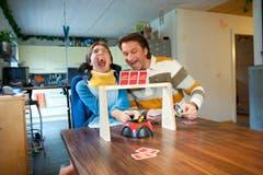Melanie und ihr Vater Titus spielen Uno. Damit Melanie mitspielen kann, hat sie eine spezielle Vorrichtung für die Karten. (Bild: Boris Bürgisser (Neue LZ))