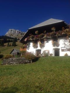 Herrlich mit Blumen geschmücktes Bauernhaus,am Wanderweg vom Salwideli nach Kemmeribodenbad. (Bild: Fredi Meyer)