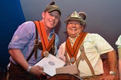 Martin Annen (l.) freute sich über Bierorden und Urkunde, die er von Anton Schneider verliehen erhielt. (Bild: Claudia Surek)