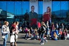 Schüler machen vor der Messe Luzern Mittagspause. (Bild: Nadia Schärli / Neue LZ)