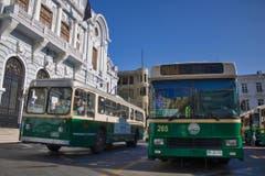 Ein Amerikaner in Chile: Der Oldtimer links ist ein Pullman aus den USA – der älteste noch im Einsatz stehende Trolleybus der Welt. (Bild: Samuel Fuentes, Valparaiso)