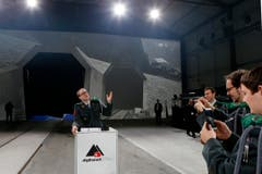 Dieser Spass darf sein: Soldaten fotografieren sich am Rednerpult des Bundespräsidenten. (Bild: Keystone / Alexandra Wey)