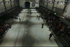 Das Festzelt auf dem Areal Rynächt hat sich mit Publikum gefüllt. (Bild: Alptransit Livestream)