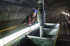 29. Oktober 2014: Ein Tunnelarbeiter kontrolliert die Füllung. (Bild: Keystone)