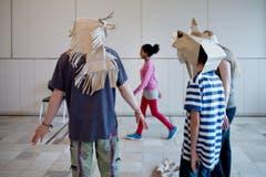 Die Kinder, die am Theaterprojekt teilnehmen, sind zwischen 8 und 15 Jahre alt. Unter den teilnehmenden Flüchtlingskindern gibt es auch unbegleitete Minderjährige. (Bild: Pius Amrein (Neue LZ))