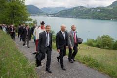 Der Schwyzer Landammann Andreas Barraud, Bundesrat Alain Berset und der Urner Ständerat Josef Dittli (von links) auf dem Weg zum Rütli. (Bild: Keystone / Urs Flüeler)