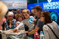 Besucher degustieren Luzerner Spezialitäten an der Sonderausstellung. (Bild: Philipp Schmidli)