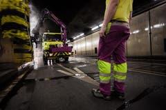 Im Gotthard-Tunnel werden Tunnelwände gesäubert. (Bild: Keystone)