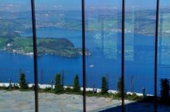 Spiegelung des Vierwaldstättersees in der Glasfassade eines der neuen Hotelanlagen auf dem Bürgenstock. (Bild: Regula Aeppli)