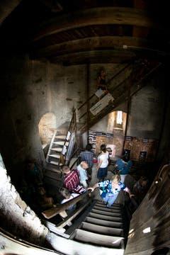 Besucher erklimmen die Treppe des Wachtturms. (Bild: Roger Gruetter / Neue LZ)