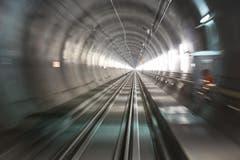 30.08.2013: Zum ersten Mal ist ein Zug durch den Basistunnel gefahren. (Bild: Keystone)