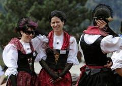 Frauen in der Urner Sonntagstracht trotzen dem Föhnsturm. (Bild: Keystone)
