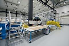 Innen wartet die Halle mit Hightech auf. Nutzlastverkleidungen für Trägerraketen, die unter anderem Satelliten in ihre Weltraum-Umlaufbahnen schiessen, werden hier angefertigt. (Bild: Pius Amrein)