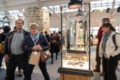Besucher an der Ausstellung in Zug. (Bild: Christian H.Hildebrand, Neue ZZ)