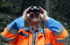Der Chef der Firma Gasser, Thomas Gasser, betrachtet die gesprengten Felsmassen. (Bild: Keystone/Urs Flüeler)