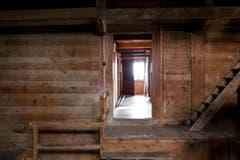 Blick aus der Scheune in den Gang vom Obergeschoss des Pächterhauses. (Bild: Manuela Jans-Koch/Neue LZ)