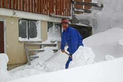 Alois Baumann räumt den Schnee weg. (Bild: Philipp Schmidli/Neue LZ)