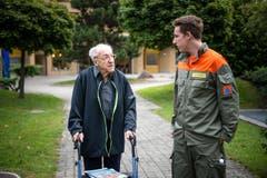 Bewohner Ferdinand Wyss zusammen mit Zivilschützer Yannick Kaech während des Morgenspaziergangs. (Bild: Roger Grütter / Neue LZ)