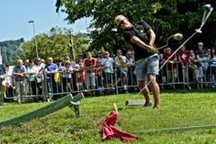 EVZ-Spieler Santeri Alatalo beim Hornussen (Bild: Christian Herbert Hildebrand / Neue ZZ)