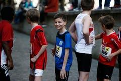 Die Jungen warten auf die vorherigen Läufer. (Bild: Stefan Kaiser (Neue ZZ))