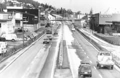 Die N 2 im Krienser Arsenal-Quartier rollt der Verkehr. Ein Bild aus den 1980er Jahren. (Bild: Archiv Neue LZ / André Häfliger)