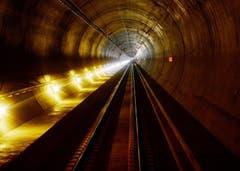 31.10.2013: Bereits verlegte Schienen und Fahrleitungen. (Bild: Keystone)