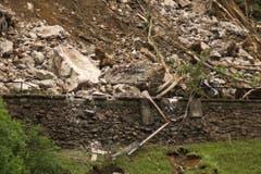 Laut Angaben der SBB ist die Gotthard-Bahnlinie mindestens drei Tage unterbrochen, weil mehrere Tausend Kubikmeter Geröll die Gleise, mehrere Fahrleitungsmasten sowie eine Stützmauer beschädigten (Bild: Leser Peter Lienert)