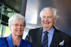 Draussen freuen sich die Gäste auf einen vergnüglichen Abend: Alt Stadtpräsident Franz Kurzmeyer mit seiner Frau Annemarie. (Bild: Eveline Beerkircher/Neue LZ)