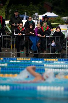 Zuschauer beim Hindernisschwimmen. (Bild: Nadia Schärli (Neue LZ))